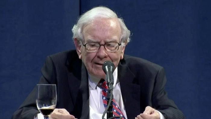 Buffett prodá akcie bank